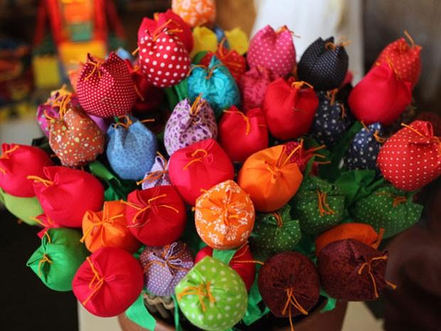 Em 2011, artista que faz flores de tecido foi selecionado para participara da quarta edição do salão  (Foto: Divulgação)