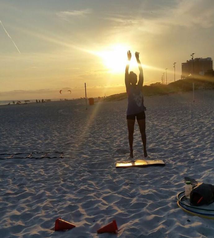 Lucy Alves pratica exercícios funcionais na praia do Rio (Foto: Arquivo Pessoal)