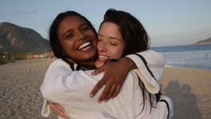 Aline Dias e Malu Falangola brincam durante as gravações de 'Pro Dia Nascer Feliz' (Foto: Gshow)