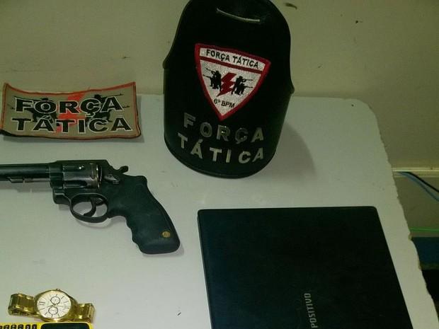 A arma usada no crime também foi encontrada com um dos suspeitos do assalto (Foto: Divulgação/PM-TO)