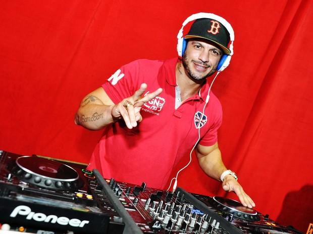 Ex-BBB Kléber Bambam dá uma de DJ em casa de shows no Rio (Foto: Bruno Henrique/ Divulgação)