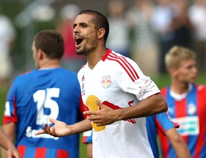 Zagueiro Douglas em ação pelo RB Salzburg (Foto: Gepa Pictures / Divugação)
