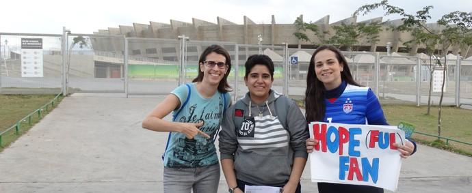 Bruna e as amigas foram umas das primeiras a chegarem ao Mineirão  (Foto: Maurício Paulucci)
