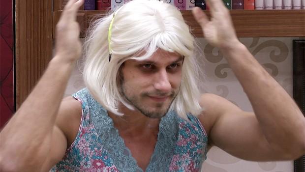 BBB 13 - Elieser vestido de mulher (Foto: TV Globo/BBB)