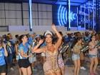 Rainha de bateria Cinthia Santos samba com vestido transparente