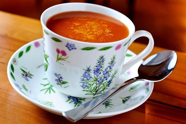 Aprenda: sopa de tomate fácil com curry