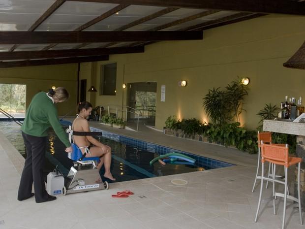 Piscina do hotel tem cadeira que leva o deficiente à água e barra lateral para locomoção (Foto: Divulgação/Villa Bella)