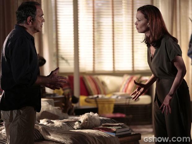 O casal briga por causa das lembranças de Helena (Foto: Em Família/TV Globo)