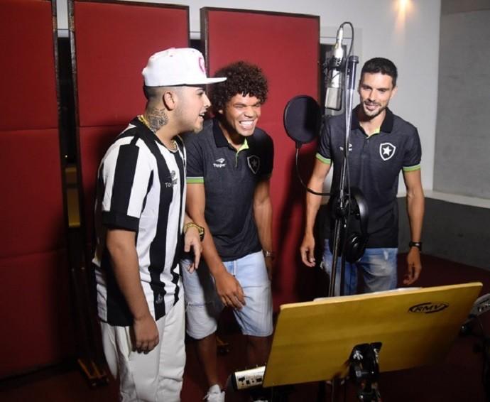 Rodrigo Pimpão e Camilo em gravação com MC G15 (Foto: André Durão)