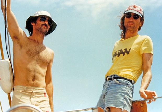 John Lennon (dir) e Tyler Coneys, comandante do navio (Foto: Reprodução)