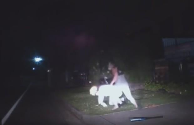 Um dos jovens desceu do veículo e agrediu o palhaço  (Foto: Reprodução/YouTube/Michiel Marto)
