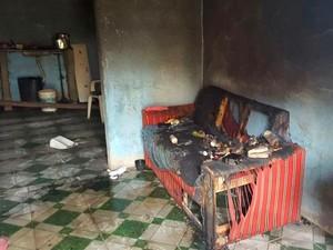 Casa da suspeita foi incendiada por vizinhos (Foto: Cássia Bandeira/G1)