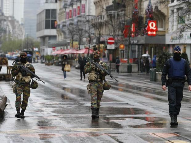 Soldados patrulham área central de Bruxelas após alerta de terrorismo subir na cidade (Foto: Youssef Boudlal/Reuters)