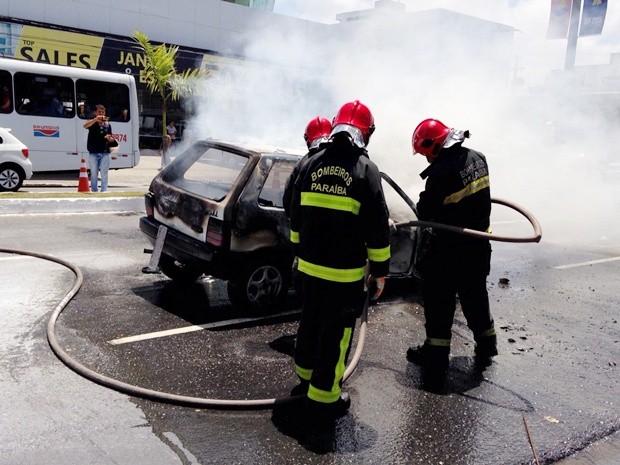Corpo de Bombeiros foi chamado e apagou incêndio que destruiu o carro (Foto: Walter Paparazzo/G1)