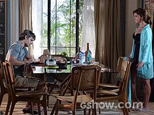 Cadu não se dispõe a conversar com Clara (Foto: Em Família/TV Globo)