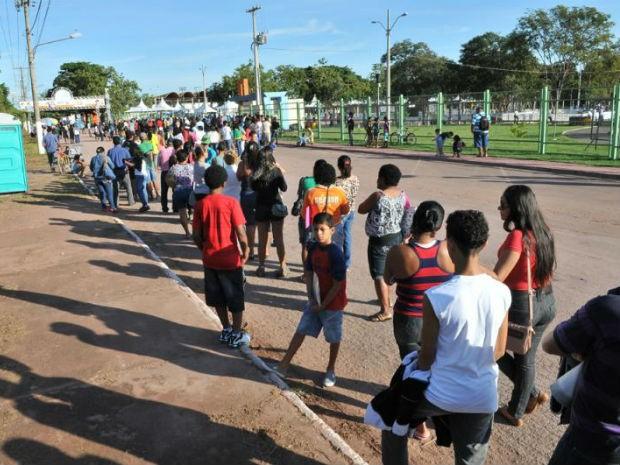 Desde o início da manhã deste sábado (18) um grande número de pessoas esperava o começo da Ação Global em Corumbá (Foto: Divulgação/Fiems)