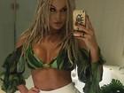 Fernanda Lacerda posa de blusa decotada e barriga de fora