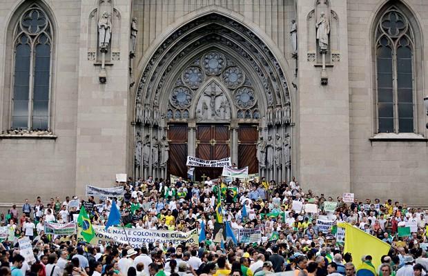 SAUDOSOS Marcha da Família, em São Paulo, em 2014. Os escassos participantes pediram a volta  do governo militar (Foto: Nelson Antoine/Fotoarena/Folhapress)