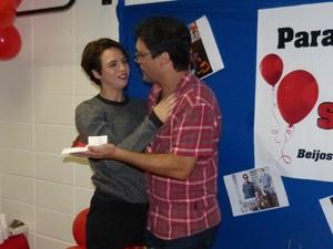 Renata Gaspar ganhou o primeiro pedaço do bolo (Foto: Paula Santos / Gshow)