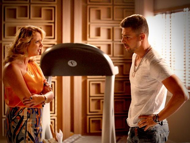 Ivana acredita que Nina está seduzindo os homens da família (Foto: Avenida Brasil / TV Globo)