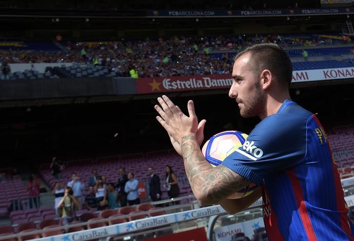 Alcácer é apresentado pelo Barcelona (Foto: LLUIS GENE / AFP)