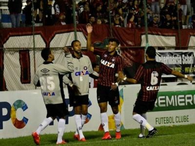 crysan comemora gol atlético-pr prudentópolis (Foto: Divulgação/Atlético-PR)
