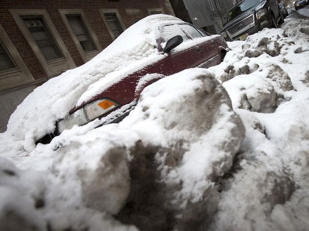 Carro inundado por neve e gelo que acumularam após recentes tempestades em Manhattan, em Nova York (Foto: Carlo Allegri/Reuters)