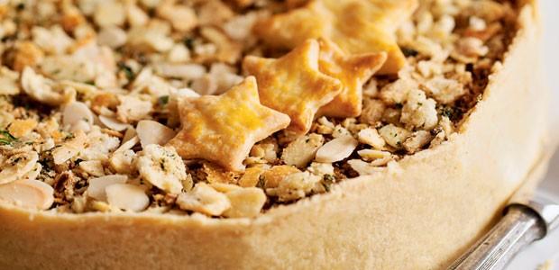 Torta aberta de bacalhau com farofa crocante e pão de amêndoas (Foto: Elisa Correa/Editora Globo)