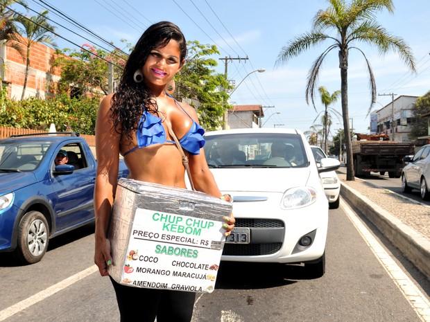 Claudia vende chup-chup em sinal para enfrentar a crise, no Espírito Santo (Foto: Fernando Madeira/ A Gazeta)