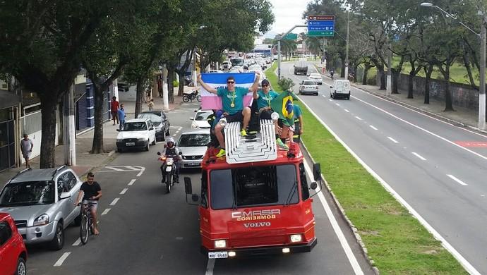 Alison e Bruno Schmidt desfilaram em caminhão do corpo de bombeiros em Vitória (Foto: Sidney Magno Novo/GloboEsporte.com)