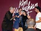 Fã é puxado por seguranças ao tentar tirar selfie com Kim Kardashian