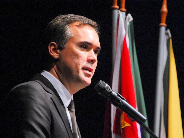 Prefeito de Santa Bárbara se emociona em posse (Foto: Cláudio Mariano)