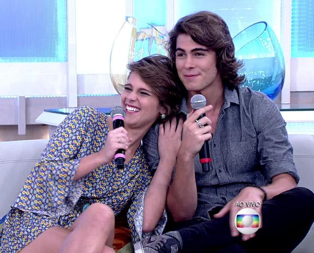Isabella Santoni e Rafael Vitti demonstraram muita intimidade durante o programa (Foto: TV Globo)