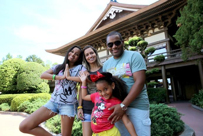 Família se diverte nos pavilhões dos países (Foto: Leonardo Viso/Gshow)