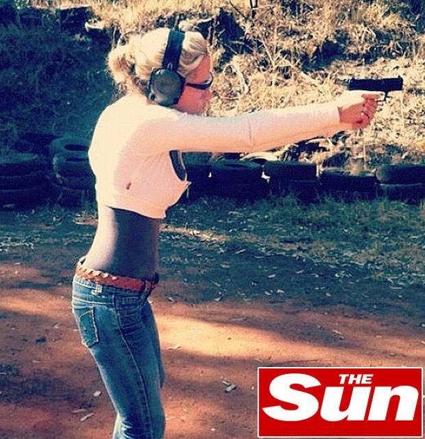 Reeva Steenkamp em treino de tiro (Foto: Reprodução / The Sun)