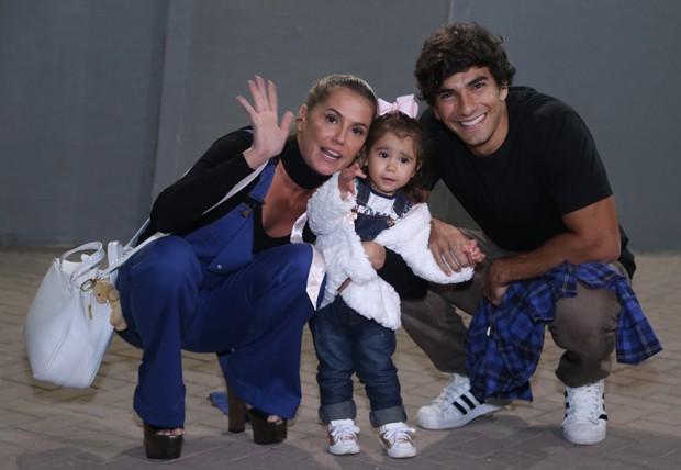 Deborah Secco e Hugo Moura com Maria Flor (Foto: Anderson Borde/AgNews)