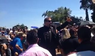 Seguranças tentam organizar enterro de José Rico (Foto: EGO)