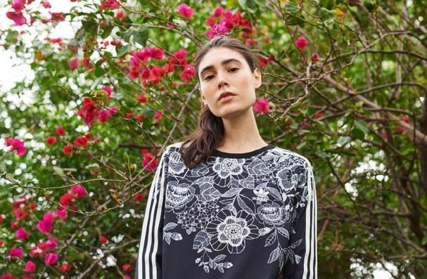 Estampa florido, novidade da parceria Farm + Adidas (Foto: Divulgação)