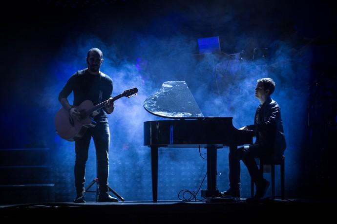 Sérgio Jr. e Vini Augusto, do Sorriso Maroto, em harmonia em entrada instrumental da nova turnê do grupo de pagode (Foto: Fabiano Battaglin/Gshow)