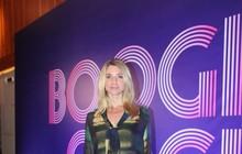 Letícia Spiller vai de shortinho à coletiva de 'Boogie oogie'