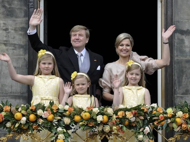 O novo rei da Holanda, Willem-Alexander, saúda a multidão no Palácio Real, ao lado de sua mulher, Máxima, e suas filhas Catharina-Amalia (esq.), Alexia (dir.) Ariane (centro) (Foto: Reuters)