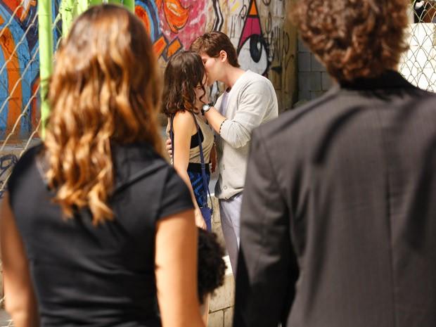 Cida e Conrado dão um beijaço na cara de Stela e Elano (Foto: Cheias de Charme / TV Globo)