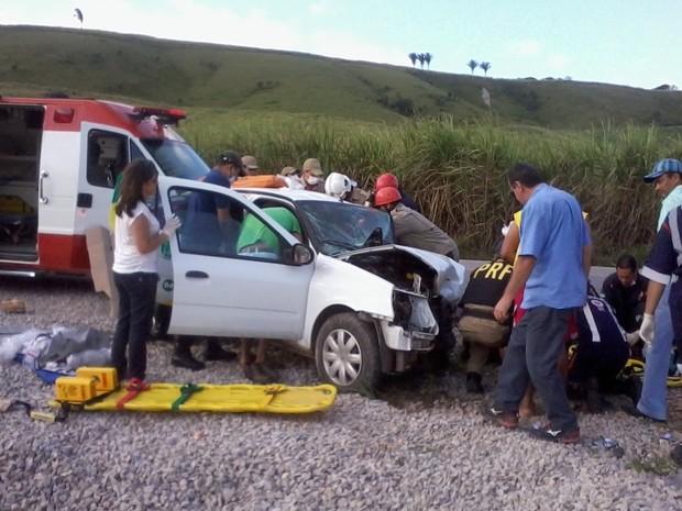 Colisão deixou quatro pessoas feridas, que foram resgatadas por equipes do Samu. (Foto: Luzamir Carneiro/ JG Notícias)