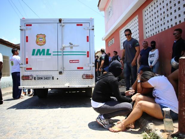 Irmãs do Cabo Alisson estavam em estado de choque (Foto: Jonathan Lins/G1)