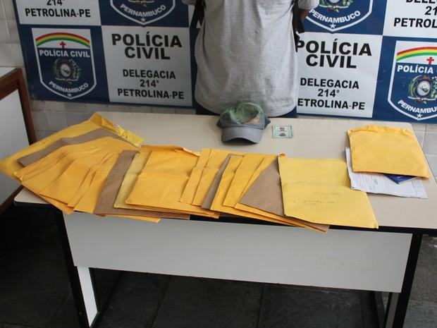 cerca de 25 documentos de vítimas foram apreendidos com estelionatário (Foto: Amanda Franco/ G1)
