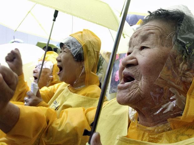 Nesta foto de arquivo de 12 de agosto de 2009, mulheres que serviram o exército como escravas sexuais durante comício que marca o fim do domínio colonial japonês em 1945  (Foto: Ahn Young-Joon/ AP)
