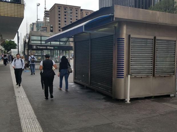 Banca de jornal fica fechada nesta manhã de quarta-feira (Foto: Tatiana Santiago/ G1)