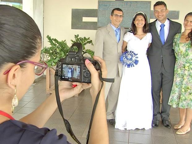Bastidores do ensaio do casamento feito na porta do hospital (Foto: Maxsandro Martins/TV Morena)