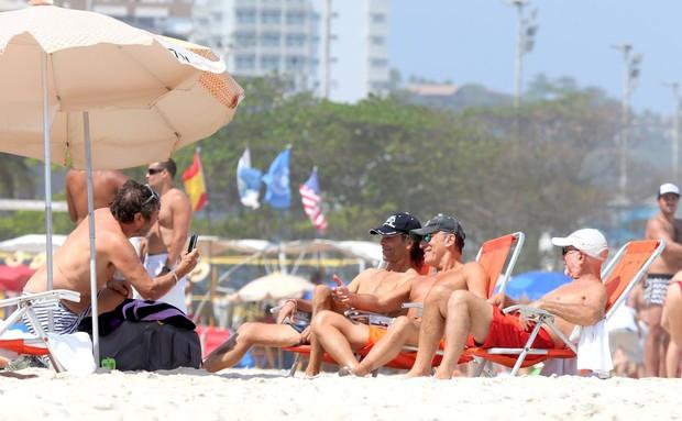 Bruce Springsteen curte praia com amigos no Rio (Foto: Andre Freitas e Gabriel Reis/ Ag. News)