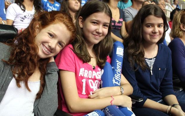 Julia, filha do bernardinho e da fernanda venturine com as amigas juliana e mariana (Foto: Fabricio Marques)